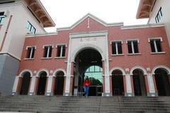 Piękny kobieta spacer od Bibliotecznego budynku w Xiamen uniwersytecie zdjęcia royalty free
