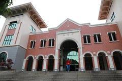 Piękny kobieta spacer od Bibliotecznego budynku w Xiamen uniwersytecie obrazy stock