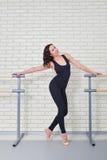 Piękny kobieta tancerz pozuje blisko barre w baletniczym studiu zdjęcie stock