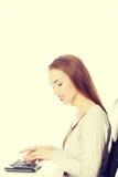 Piękny kobieta uczeń pisze na klawiaturze zdjęcia royalty free