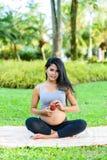 Piękny kobieta w ciąży joga z jabłkiem Fotografia Royalty Free
