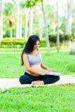 Piękny kobieta w ciąży joga z laptopem Obrazy Stock