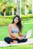 Piękny kobieta w ciąży joga z laptopem zdjęcia royalty free