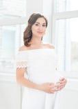 Piękny kobieta w ciąży obejmuje jej brzucha zdjęcie stock
