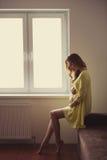Piękny kobieta w ciąży portret w domu Zdjęcie Royalty Free