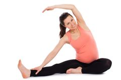 Piękny kobieta w ciąży pracujący out odizolowywający Fotografia Royalty Free