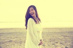 Piękny kobieta w ciąży uśmiech jaskrawy w biel sukni na być Obraz Stock