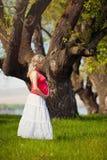 Piękny kobieta w ciąży w parku Zdjęcie Royalty Free