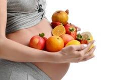 Piękny kobieta w ciąży z świeżymi owoc Ciążowego macierzyństwa oczekiwania zdrowy łasowanie i ciężaru kontrolny pojęcie Fotografia Royalty Free