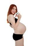 Piękny kobieta w ciąży z małym futbolem w jej ręki isola Obraz Stock