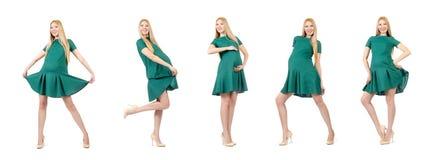 Piękny kobieta w ciąży w zieleni sukni odizolowywającej na bielu zdjęcie royalty free