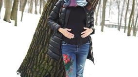 Piękny kobieta w ciąży w zima parku zdjęcie wideo