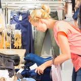 Piękny kobieta zakupy w sklepie odzieżowy Fotografia Stock