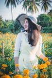 Piękny kobiety Asia styl na żółtym kwiatu ogródzie i patrzeć sm zdjęcie stock