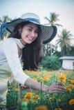 Piękny kobiety Asia styl na żółtym kwiatu ogródzie i patrzeć sm obraz royalty free
