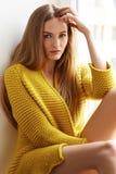 Piękny kobiety blondynki włosy siedzi następnego okno naturalnego makeup obraz royalty free