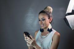 Piękny kobiety gawędzenie na telefonie komórkowym zdjęcia stock