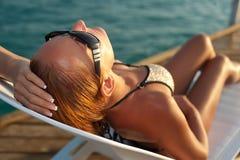 Piękny kobiety lying on the beach na deckchair Obraz Royalty Free