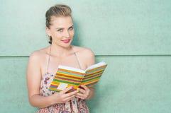 Piękny kobiety mienia dzienniczek, agenda lub pozować Zdjęcia Stock
