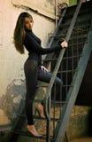 piękny kobiety model blisko pozyci ściany potomstw fotografia stock
