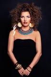 Piękny kobiety mody model z Kędzierzawym włosy, Makeup zdjęcia royalty free