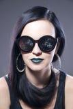 Piękny kobiety mody modela portret w okularach przeciwsłonecznych z błękitnymi kolczykami i wargami Kreatywnie fryzura i uzupełni obrazy stock
