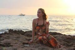 Piękny kobiety obsiadanie na pić winie i plaży Zdjęcia Stock