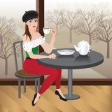 Piękny kobiety obsiadanie w kawiarni z filiżanką herbata Zdjęcie Stock