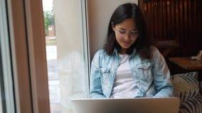 Piękny kobiety obsiadanie z przenośną książką w nowożytnym kawiarnia barze, młody powabny żeński freelancer zbiory wideo