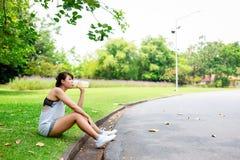 Piękny kobiety odczucie próbujący i spragniony ponieważ it's słoneczny dzień Powabna piękna dziewczyna bierze odpoczynek relaks zdjęcia royalty free