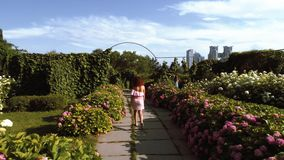 Piękny kobiety odprowadzenia puszek ogród zbiory wideo