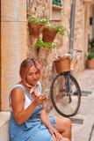 Piękny kobiety odprowadzenie na starym miasto bruku z kwiatami i robić selfie Pojęcie podróż Obraz Stock