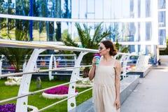 Piękny kobiety odprowadzenie w lata mieście Fotografia Royalty Free