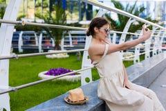 Piękny kobiety odprowadzenie w lata mieście Fotografia Stock