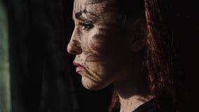 Piękny kobiety ` s portret z koronka wzoru cieniem i słońca światło na jej twarzy zbiory wideo