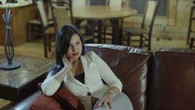 Piękny kobiety siedzieć przypadkowy na jej patiu relaksuje wolnego czas samotnie i cieszy się w domu zdjęcie wideo