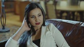 Piękny kobiety siedzieć przypadkowy na jej patiu relaksuje wolnego czas samotnie i cieszy się w domu zbiory wideo