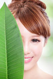 Piękny kobiety twarzy portret z zielonym liściem Obrazy Stock