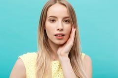 Piękny kobiety twarzy portreta piękna skóry opieki pojęcie: piękno kobiety modela młoda caucasian dziewczyna dotyka jej twarzy sk Obrazy Royalty Free