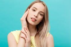 Piękny kobiety twarzy portreta piękna skóry opieki pojęcie: piękno kobiety modela młoda caucasian dziewczyna dotyka jej twarzy sk Fotografia Royalty Free