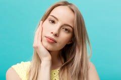 Piękny kobiety twarzy portreta piękna skóry opieki pojęcie: piękno kobiety modela młoda caucasian dziewczyna dotyka jej twarzy sk Fotografia Stock