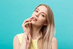 Piękny kobiety twarzy portreta piękna skóry opieki pojęcie: piękno kobiety modela młoda caucasian dziewczyna dotyka jej twarzy sk Zdjęcia Royalty Free