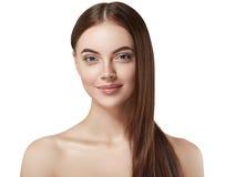 Piękny kobiety twarzy zakończenie w górę portreta długiego pięknego włosianego młodego studia na bielu Zdjęcia Royalty Free