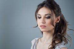 Piękny kobiety twarzy zakończenie w górę portreta młodego studia na szarość naturalne piękno Obrazy Stock
