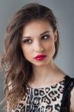 Piękny kobiety twarzy zakończenie w górę portreta młodego studia na szarość naturalne piękno Fotografia Stock