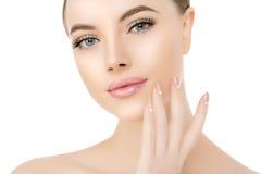 Piękny kobiety twarzy zakończenie w górę studia na bielu Piękno zdroju model Fotografia Stock