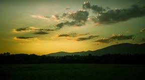 Piękny, kolorowy, abstrakcjonistyczny góra krajobraz z gorącą lato mgiełką w ciepłej zielonej tonaci, Zdjęcie Royalty Free