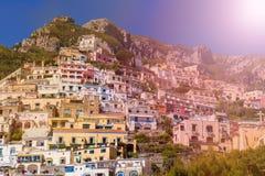 Piękny kolorowy pejzaż miejski na górach nad morzem, Europa, tradycyjna Włoska architektura Amalfi wybrzeże - zdjęcie stock
