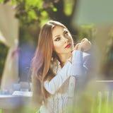 Piękny kolorowy stonowany portret zmysłowe młode kobiety z w ten sposób Fotografia Stock