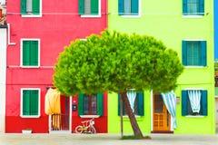 Piękny koloru żółtego, czerwieni dom z i Kolorowi domy w Burano wyspie blisko Wenecja, Włochy Obraz Stock